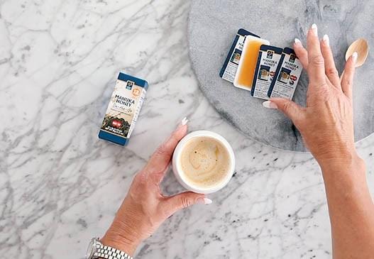 Manuka do kávy aj na cestách