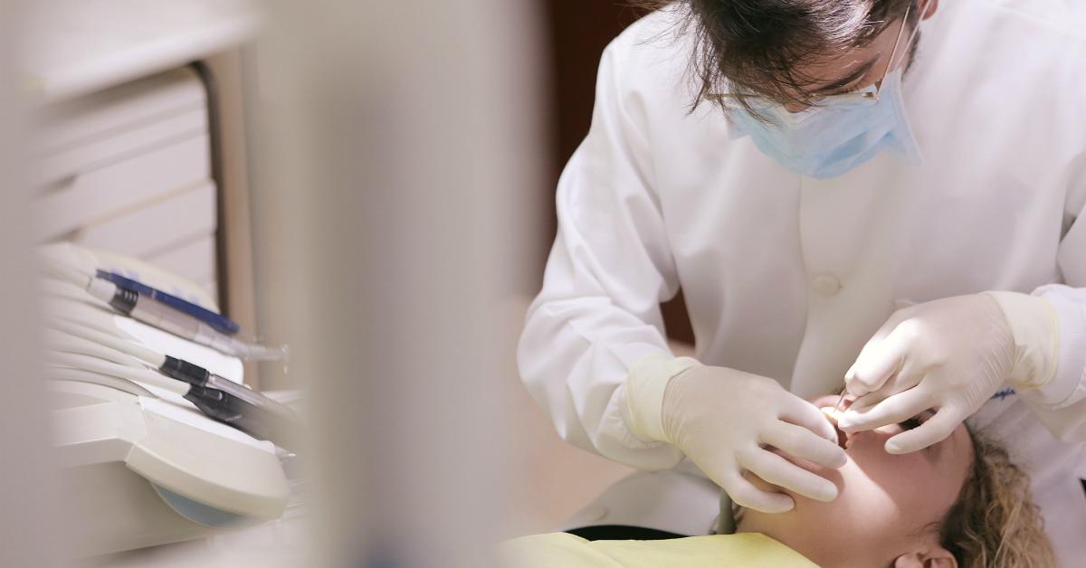Manuka med a zdravé zuby bez kazov