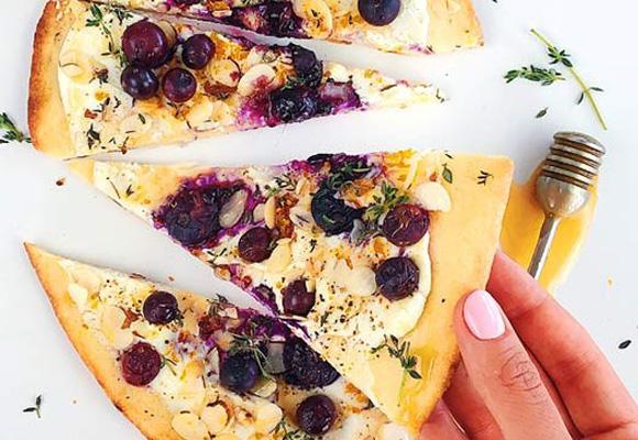 Sladko-slaná pizza s čučoriedkami, kozím syrom, mandľami a Manuka medom