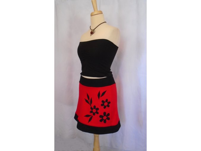 Sukně červená s aplikací kytiček ..