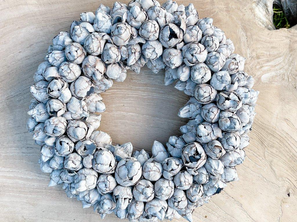 Věnec ze skořápek tropického ovoce / světle šedý