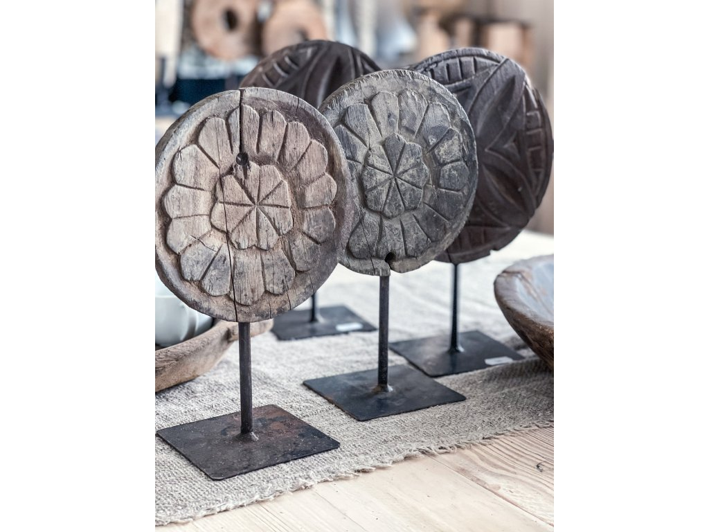 Dřevěná mandala na stojanu