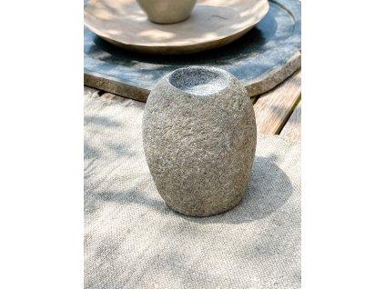 Kamenný svícen vyšší
