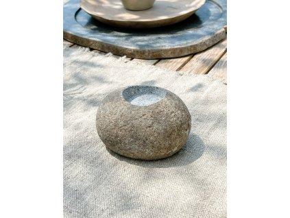 Kamenný svícen širší