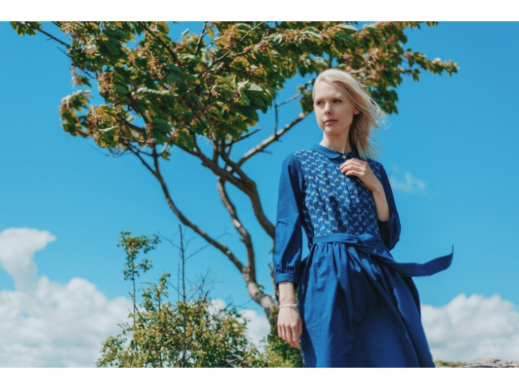 šaty z modrotisku / vzor větvičky