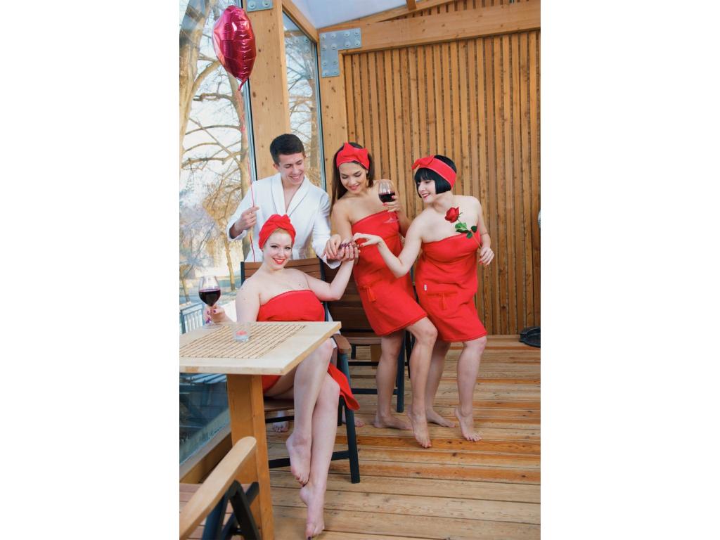 Moulin Rouge: Dámský červený krajkový župan & kilt do sauny od MaryBerry