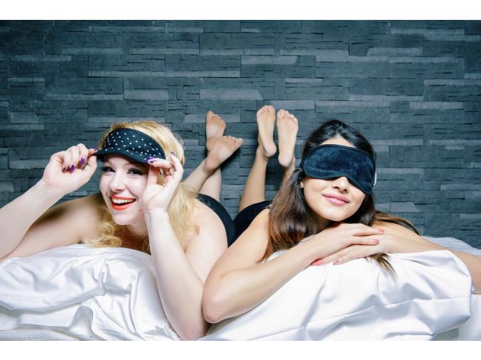 Maska na spaní s puntíky Stay Chic