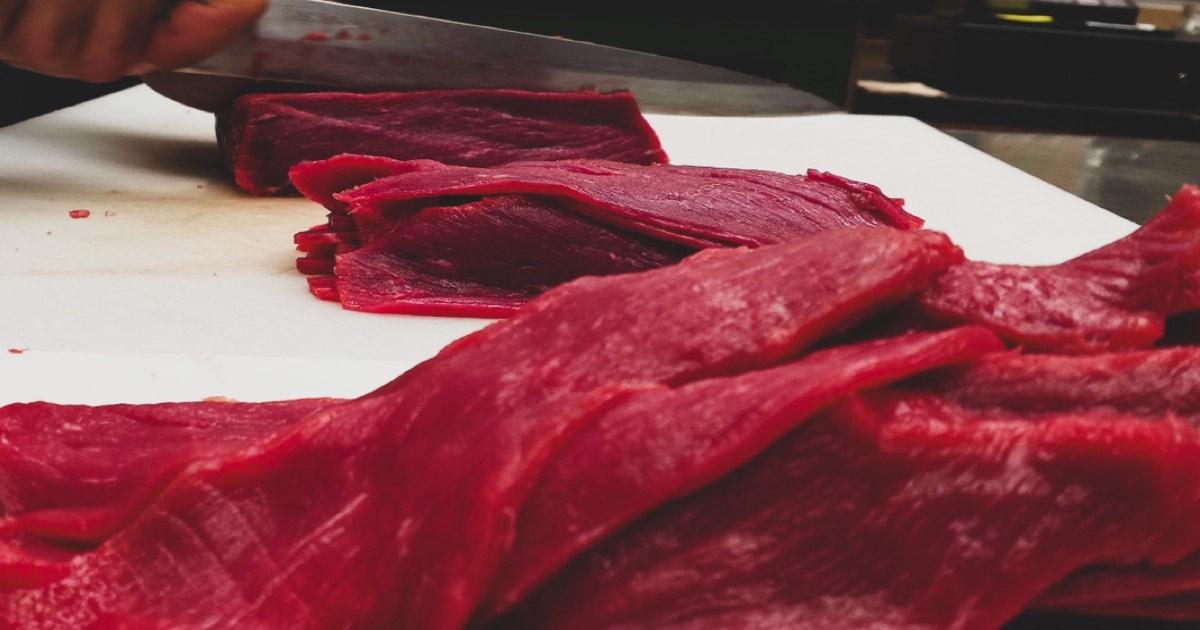 Prečo naše mäso stále krájame ručne a nemáme radi éčka?