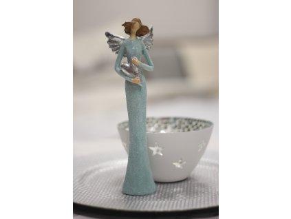 Andělka stojící se srdíčkem tyrkys