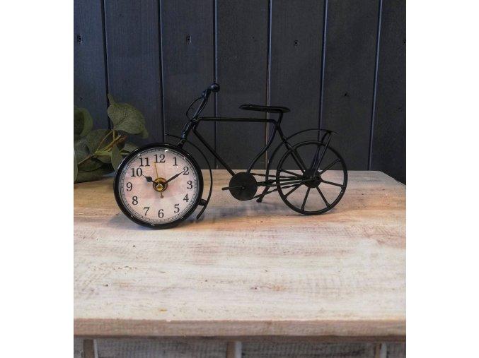 Malé hodiny v designu retro kola