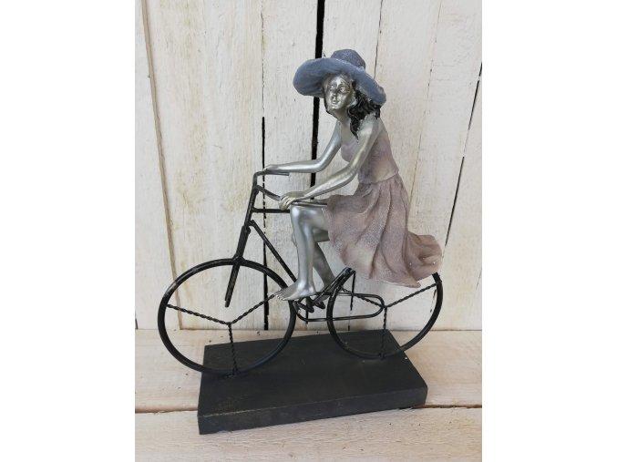 Dívka na kole