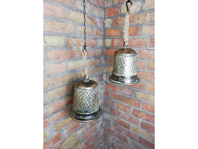 Plechové do zelena zbarvené zvony