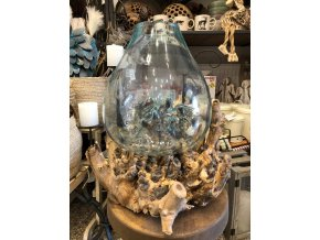 Dekorace dřeva se skleněnou vázou
