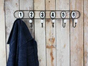 Kovový věšák s čísly