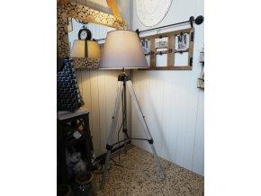 Stojací dřevěná lampa