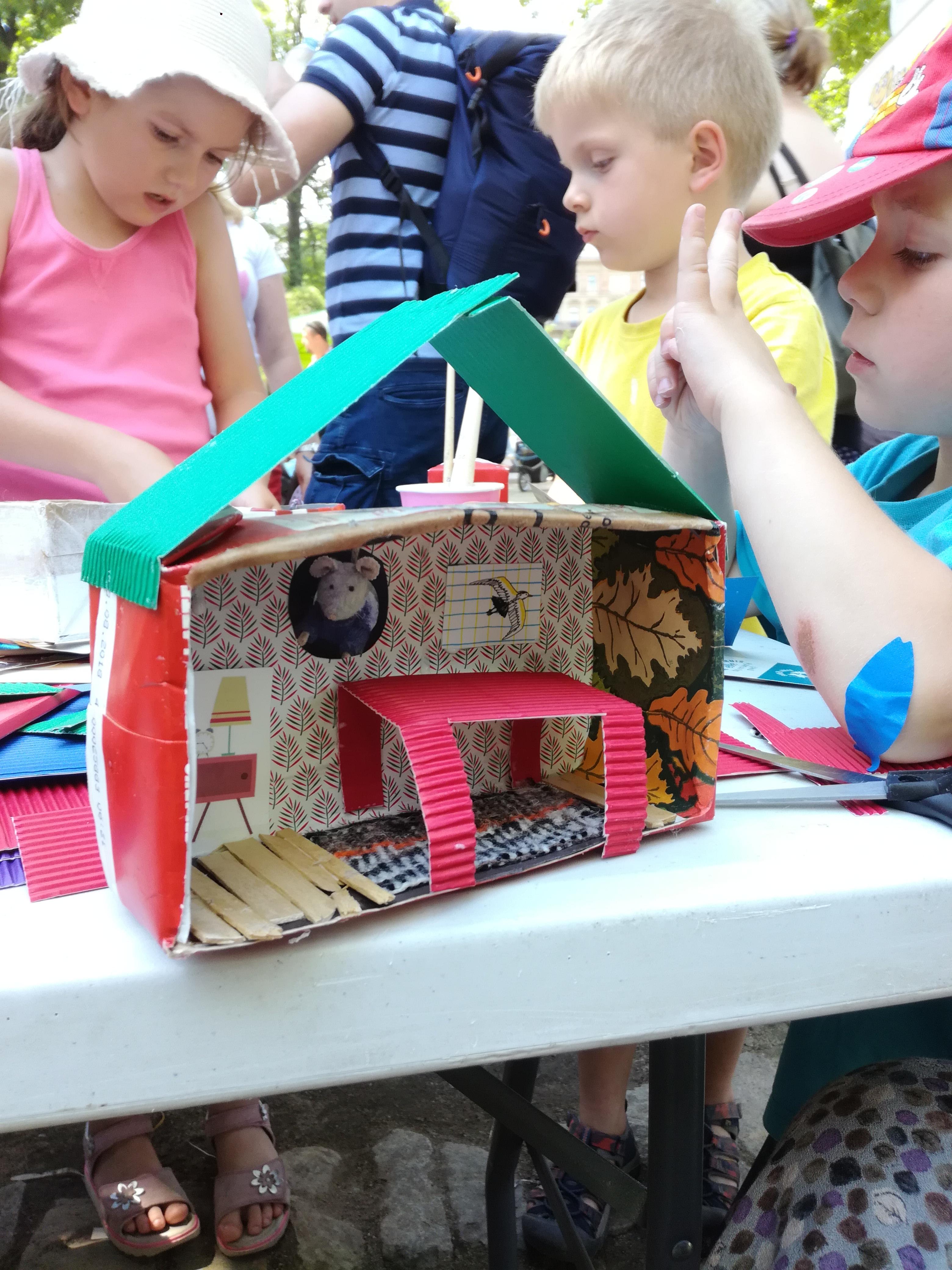 Fotoreportáž z Festivalu kreativního a logického hraní: Postav si svůj vlastní Dům myšek
