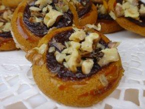 Medové koláčky s povidlím a ořechy 150 g  Medový perník s náplní. Ruční práce.