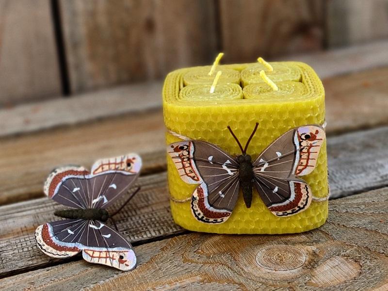 Hranatá svíčka z včelího vosku s motýlem