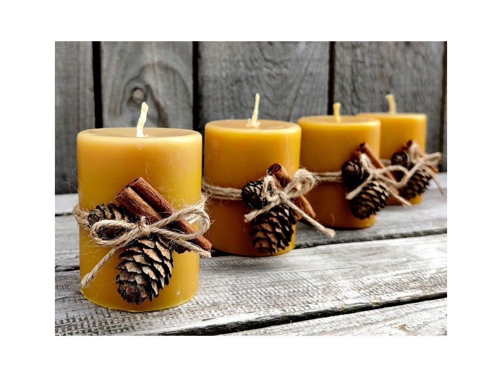 vánoční svíčka s dekorací