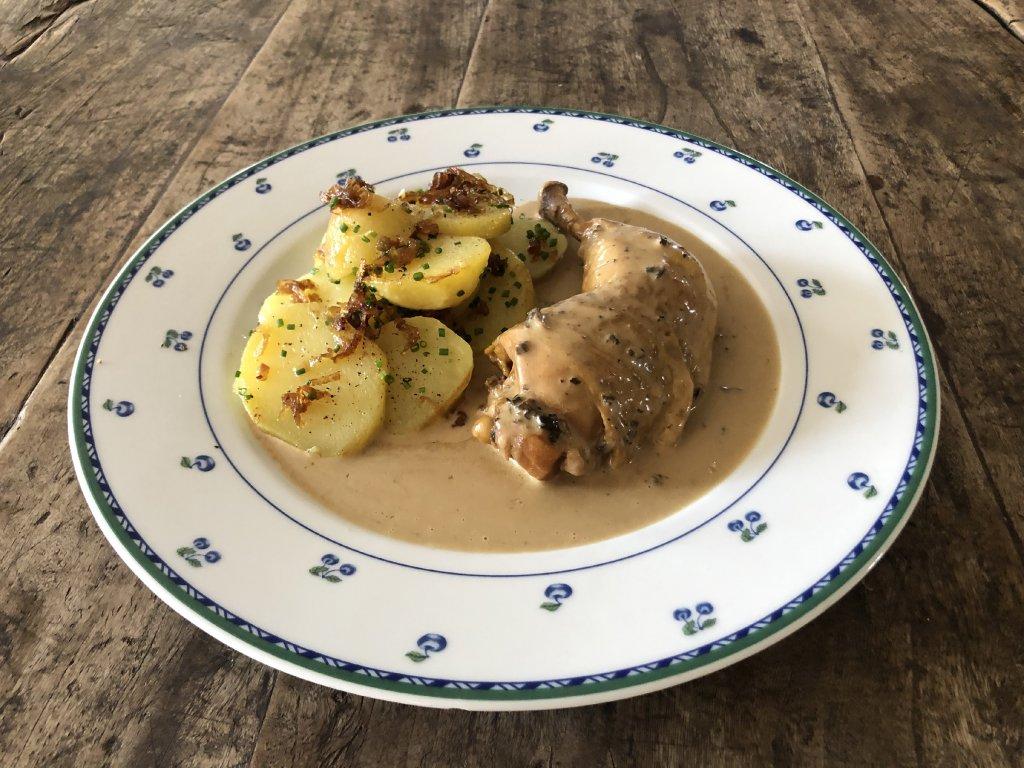 Stehno z olivového kuřete ve smetanové omáčce se smrži, bramborové rohlíčky