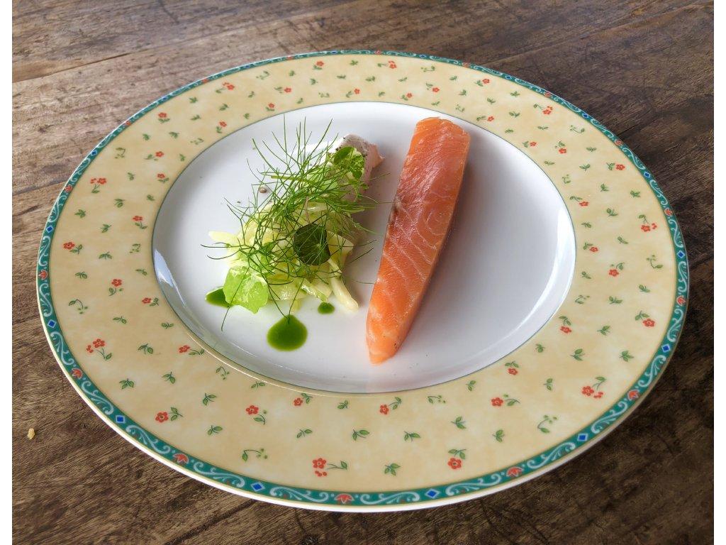Zauzený losos z naší udírny, uzená zakysaná smetana, fenyklový salát