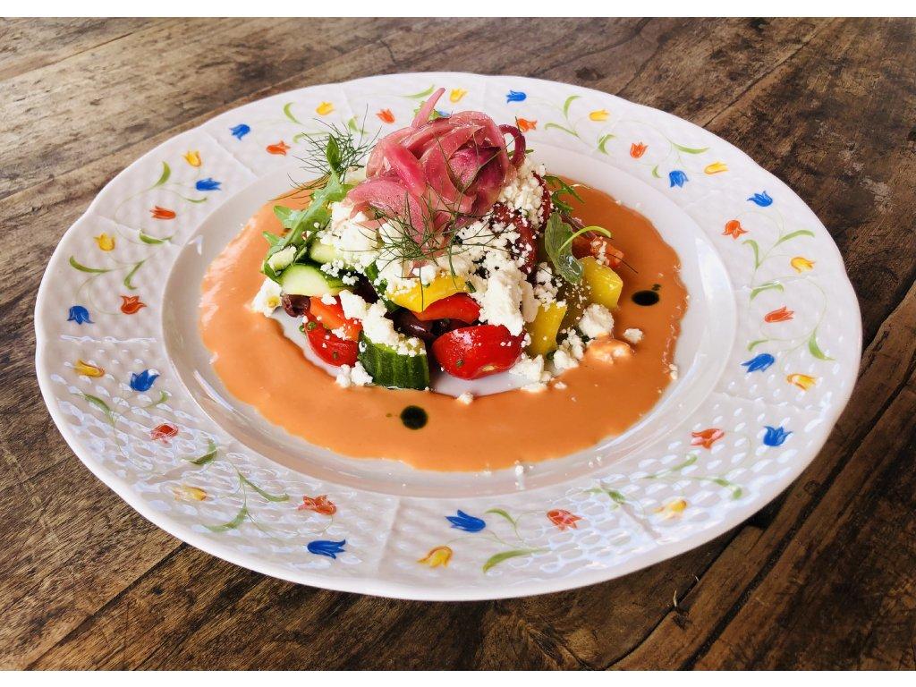 Řecký salát s marinovanou červenou cibulí, feta sýrem a dresingem z rajčat a octu z vína cabernet sauvignon