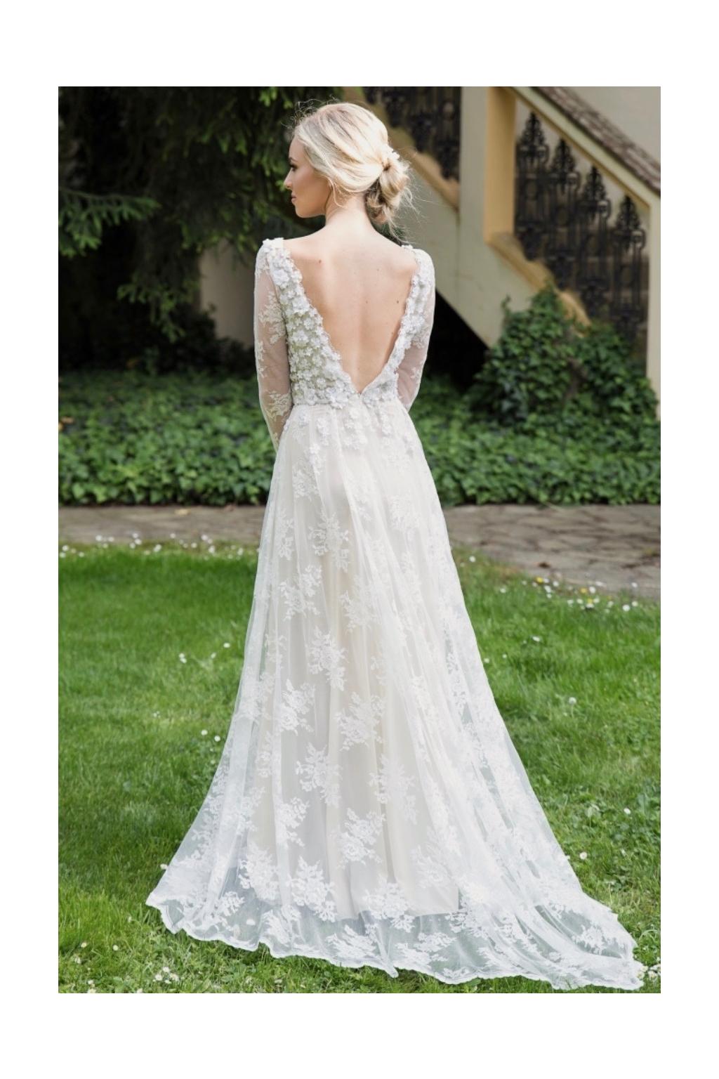 f04d3a6354 Celokrajkové svatební šaty ADELE - MiaBella