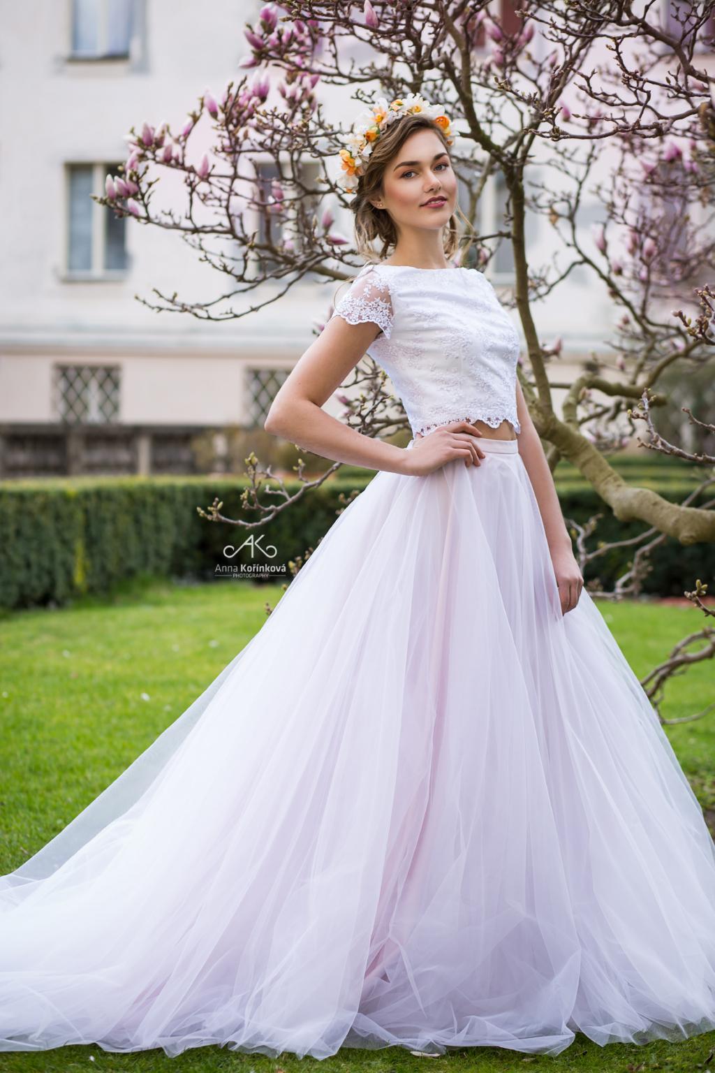 Svatební šaty s crop topem a tylovou sukní
