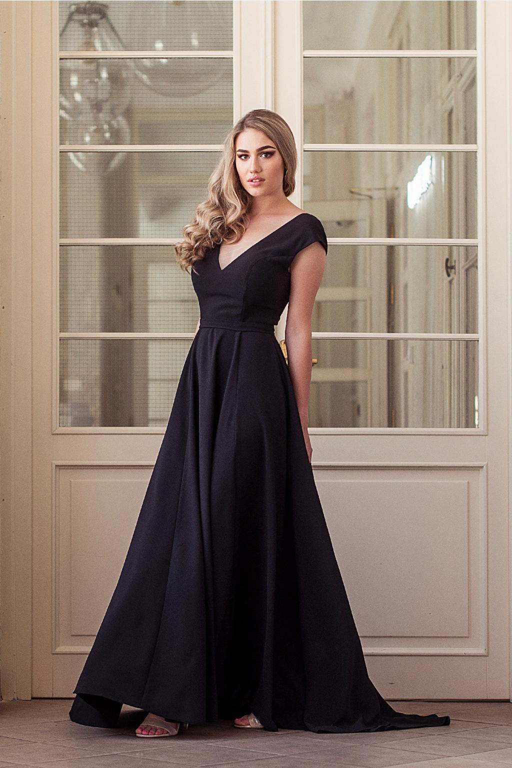 černé plesové šaty s výstřihem