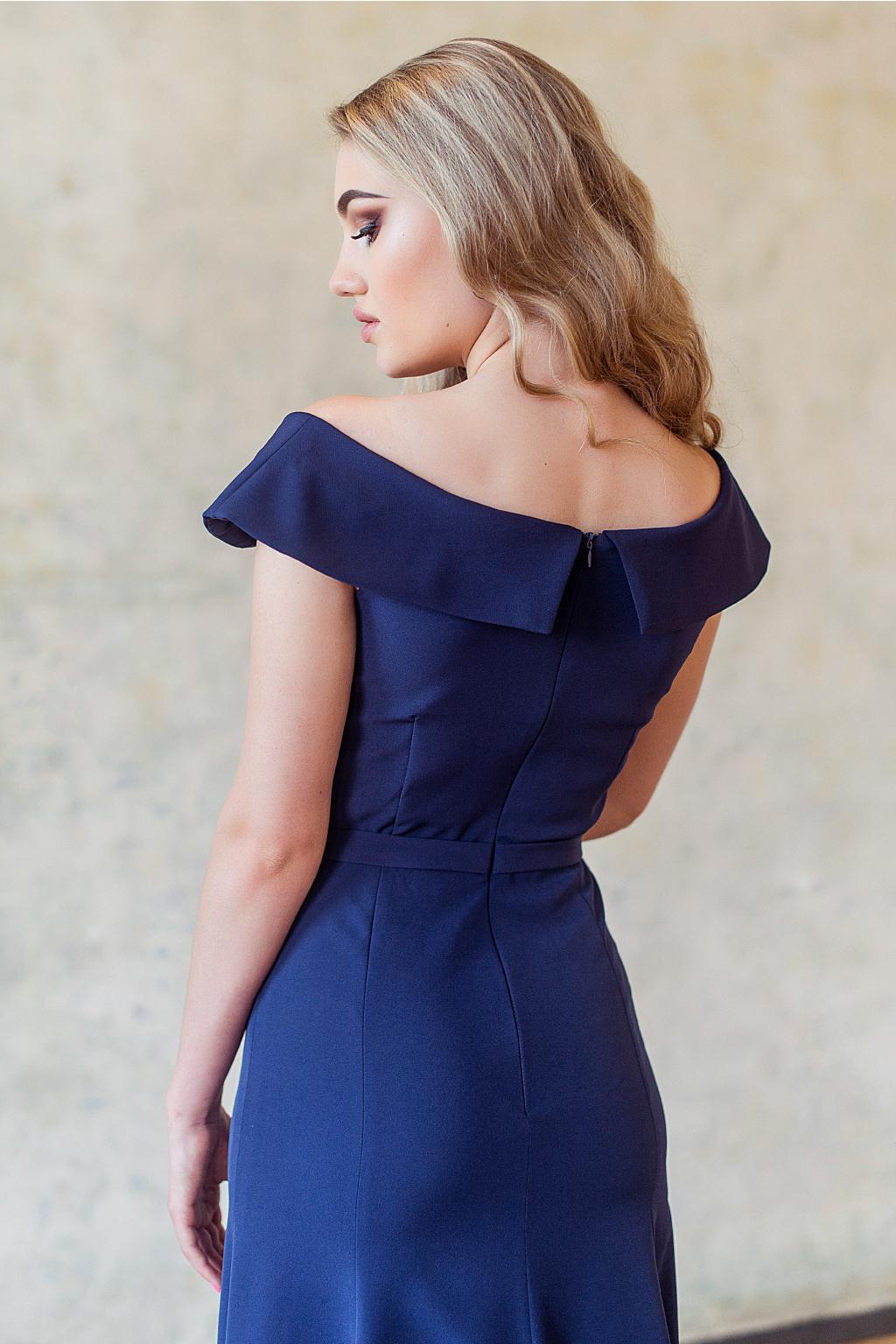 tmavě modré plesové šaty s výstřihem