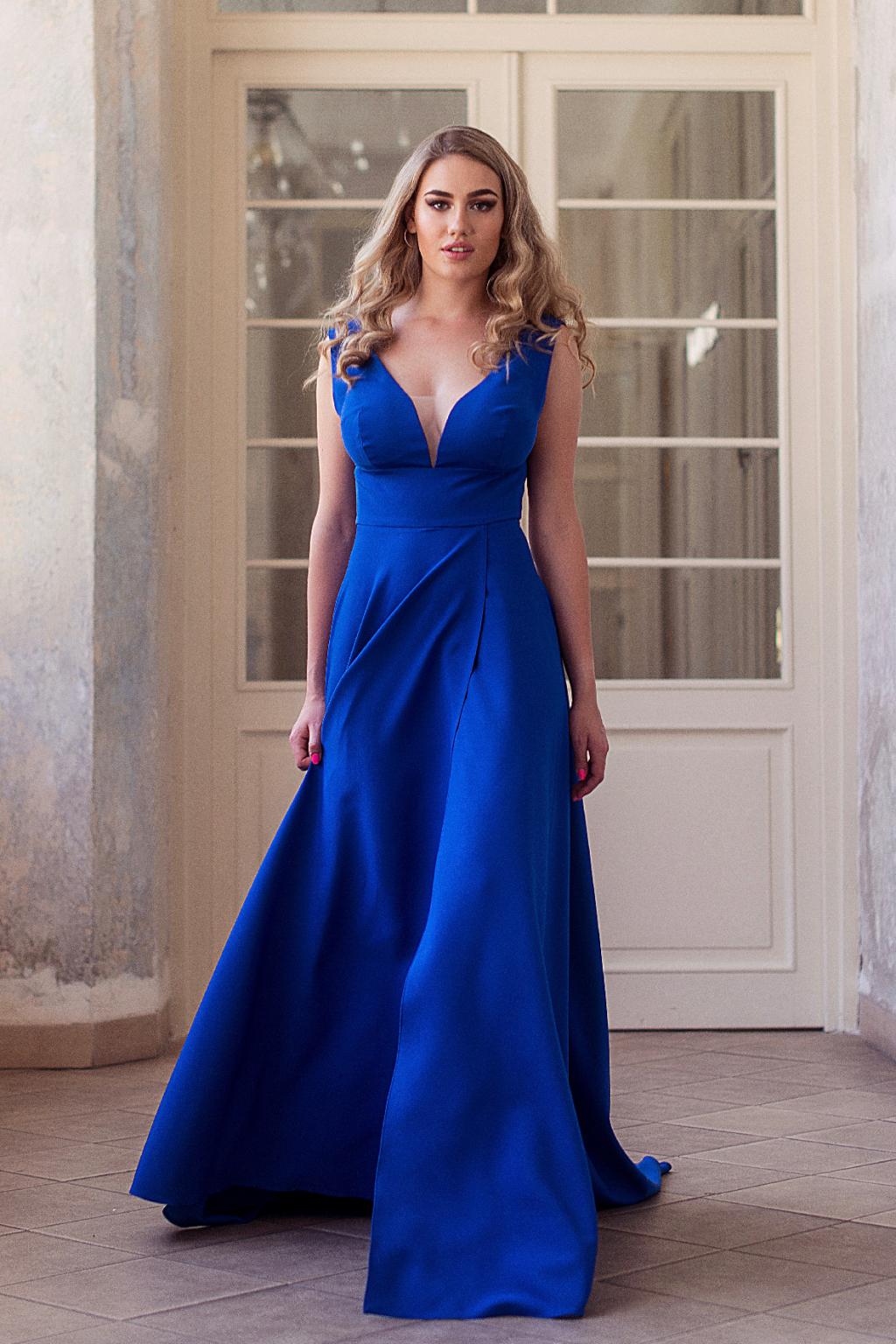 modré společenské šaty s výstřihem