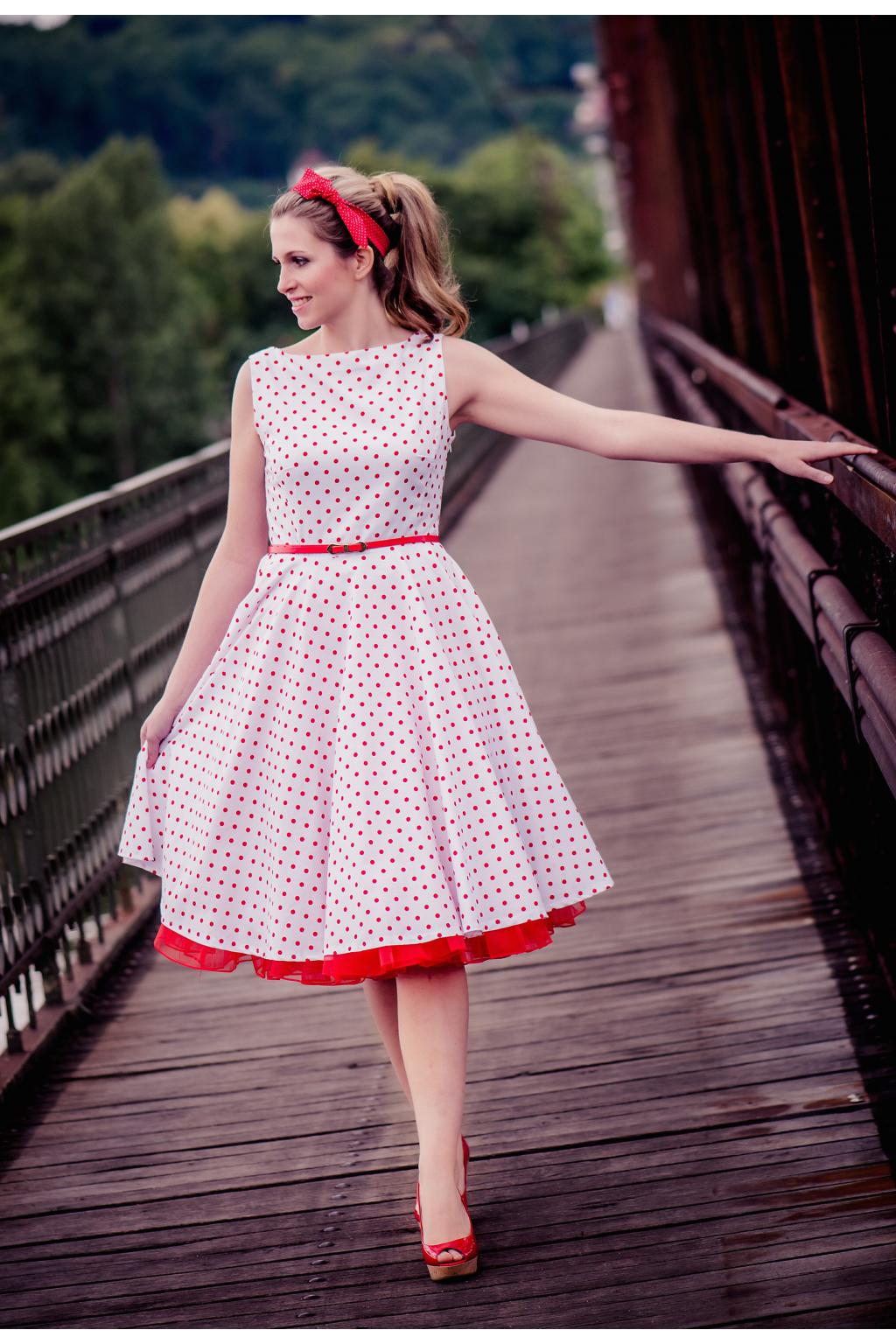 SUSAN retro šaty bílé s červeným puntíkem - MiaBella 90542ba9e9