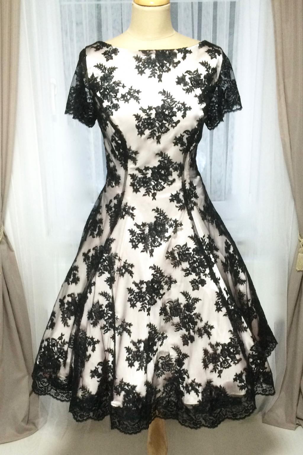 6bb15805bf4 Krátké společenské šaty dílové s černou krajkou - více barev - MiaBella