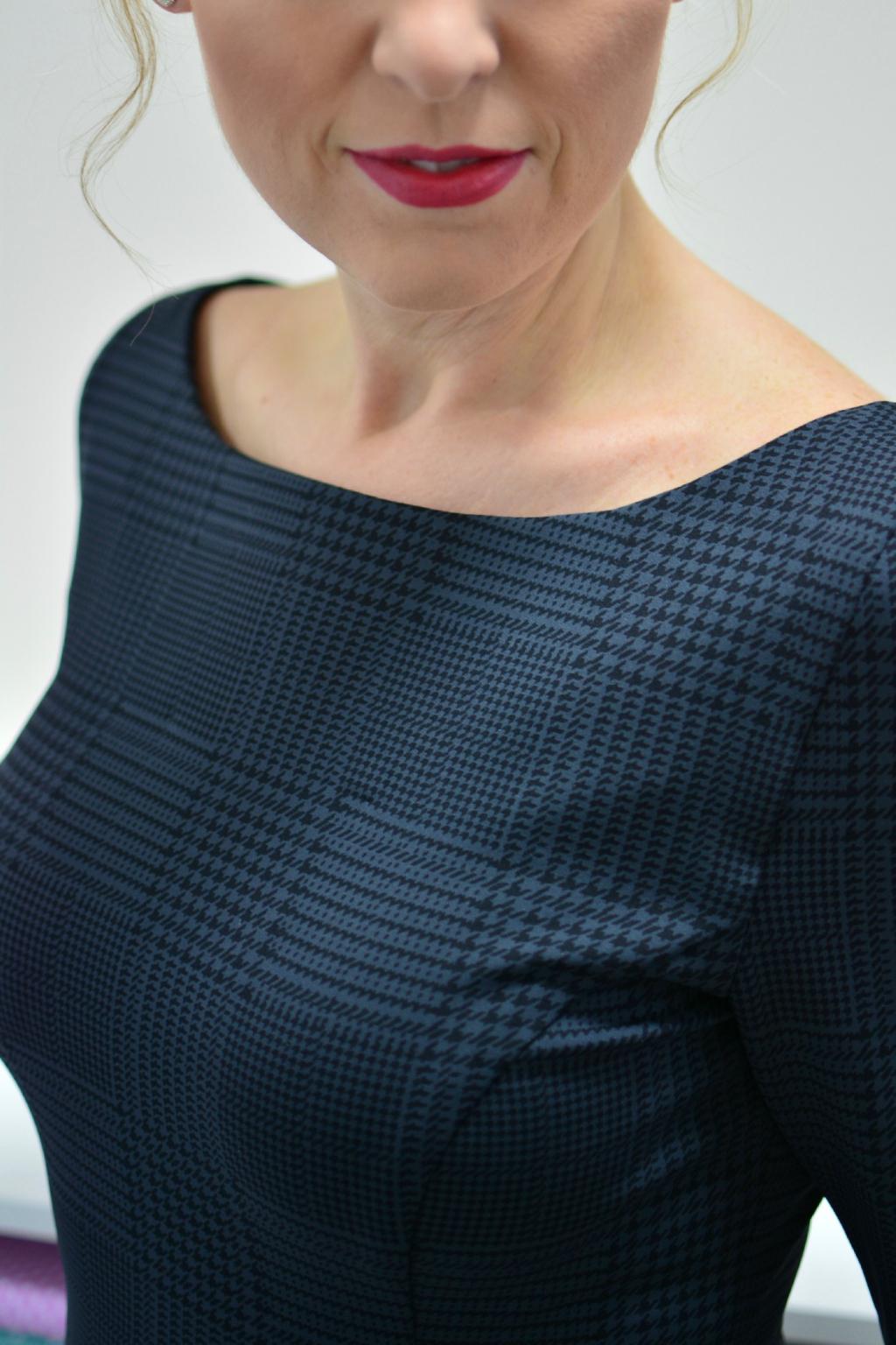 d4b01119f8e Šedé pouzdrové šaty - MiaBella