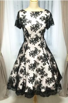 Krátké společenské šaty dílové s černou krajkou - více barev
