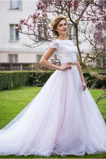 eef3139e19 Svatební šaty s crop topem a tylovou sukní