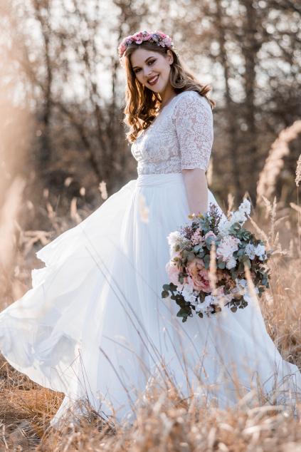 splyvave-svatebni-saty-s-krajkovym-zivutkem