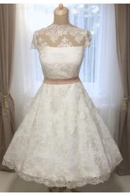 Krátké svatební šaty zdobené vyšívanou krajkou