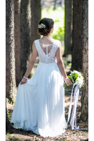 Lehounké svatební šaty s krajkovým živůtkem