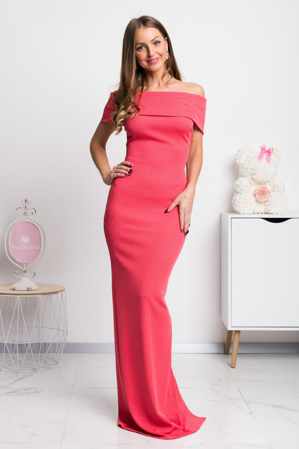 Coral bodycon off-the-shoulders maxi dress