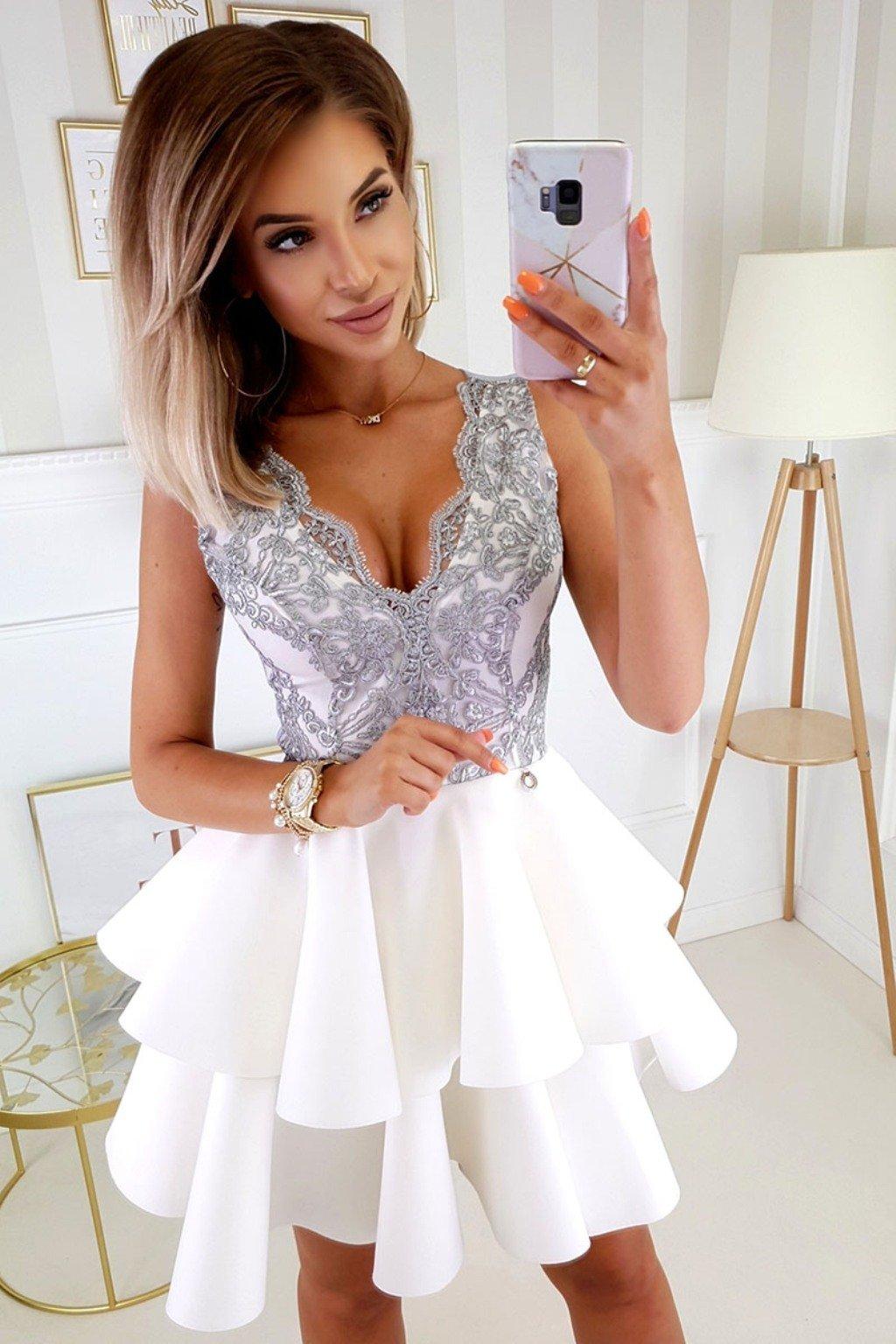Sivo-biele spoločenské mini šaty s krajkou