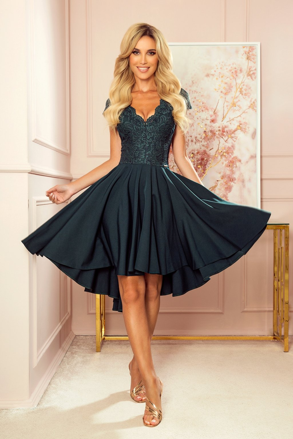 Tmavozelené asymetrické šaty s čipkou a krátkymi rukávmi