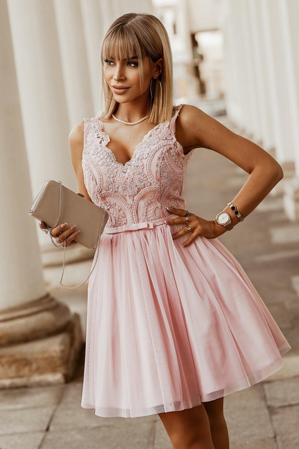 Svetloružové krátke spoločenské šaty s krajkou