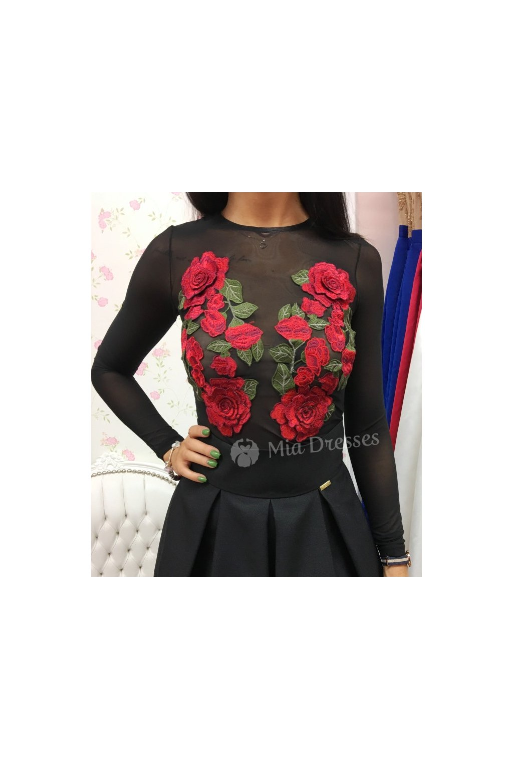 Čierny top s ružami
