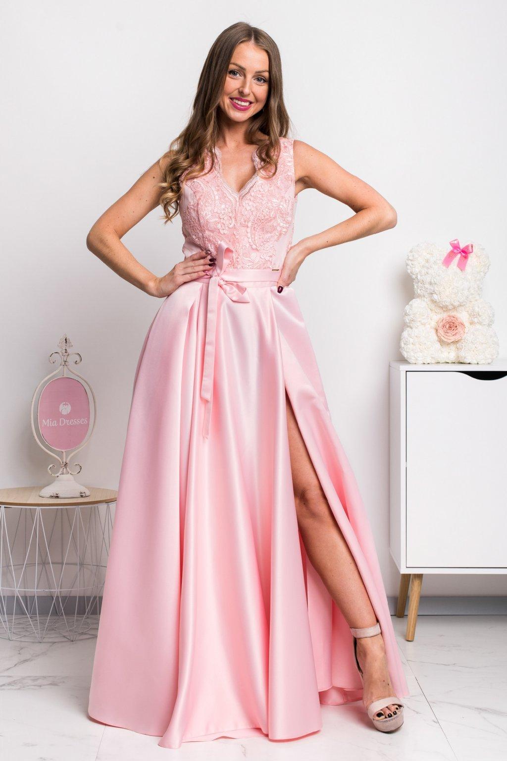 Svetloružové spoločenské šaty so saténovou sukňou