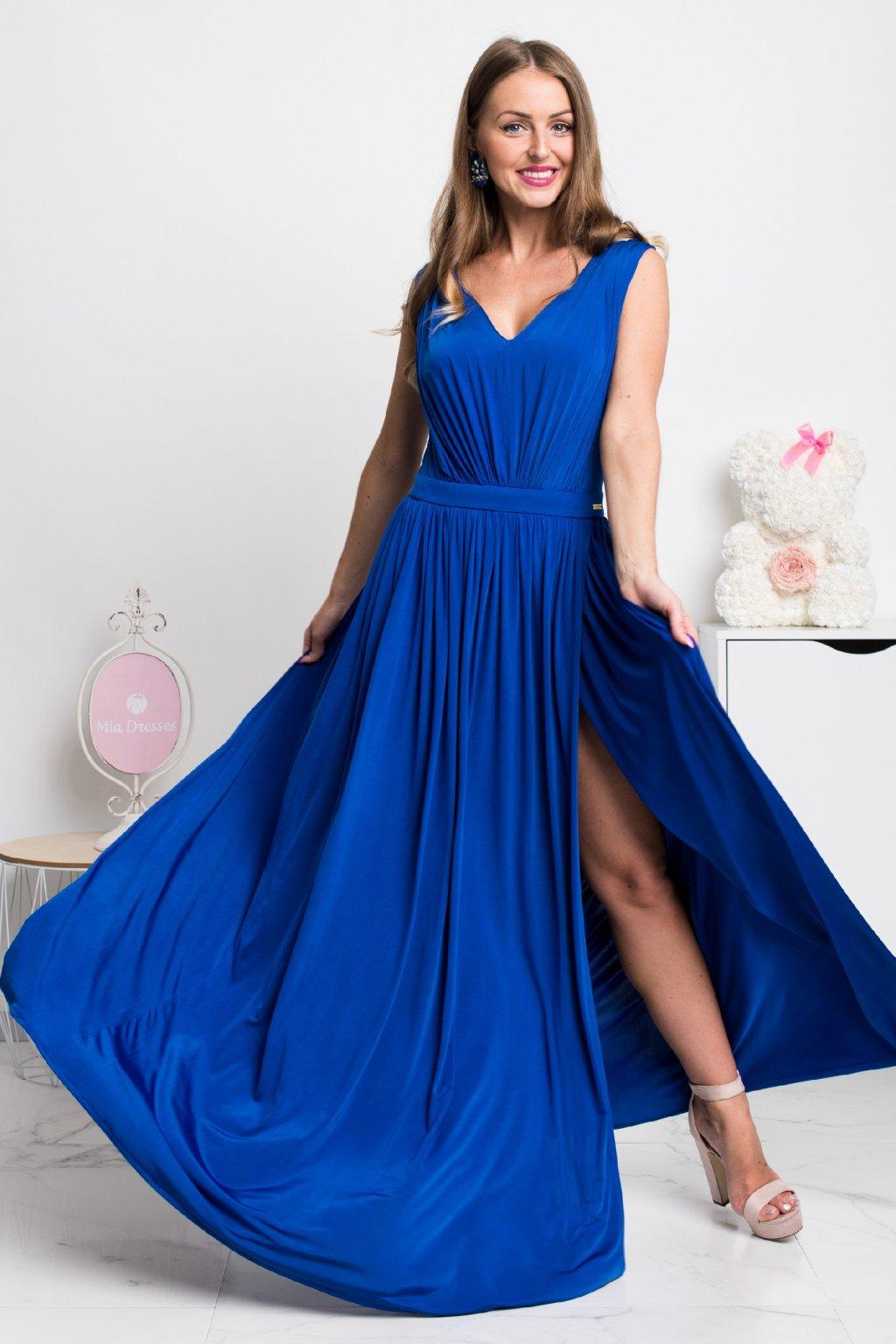 Modré spoločenské šaty s rozparkom