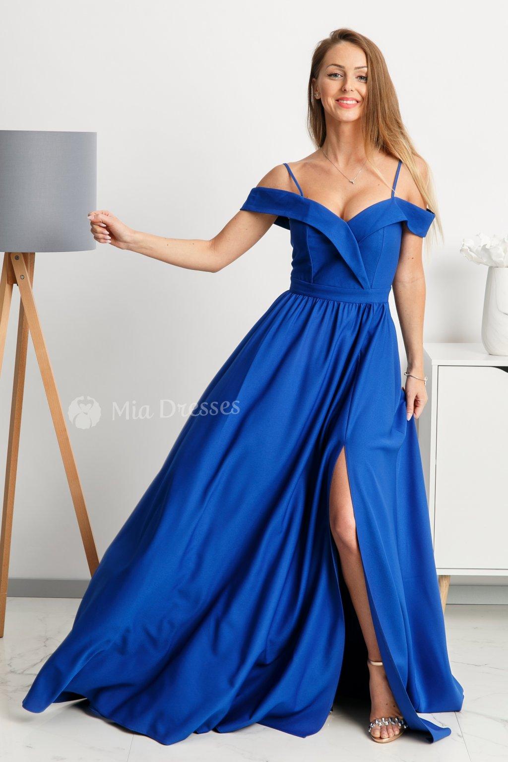 Modré spoločenské šaty spustené na ramená