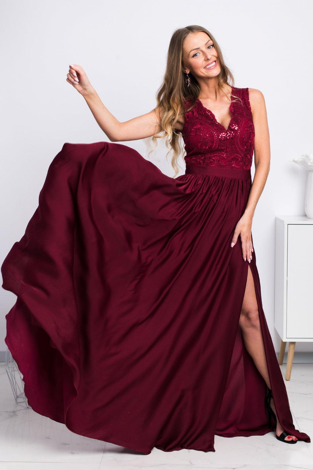 Bordové spoločenské šaty so saténovou sukňou a rozparkom