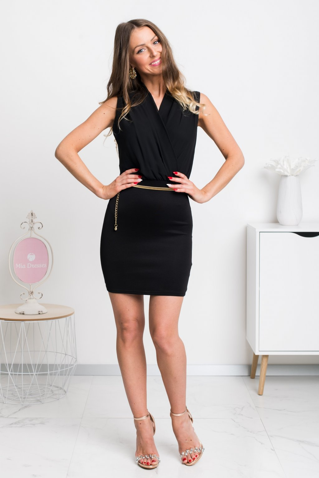 Čierne mini šaty so zlatým opaskom