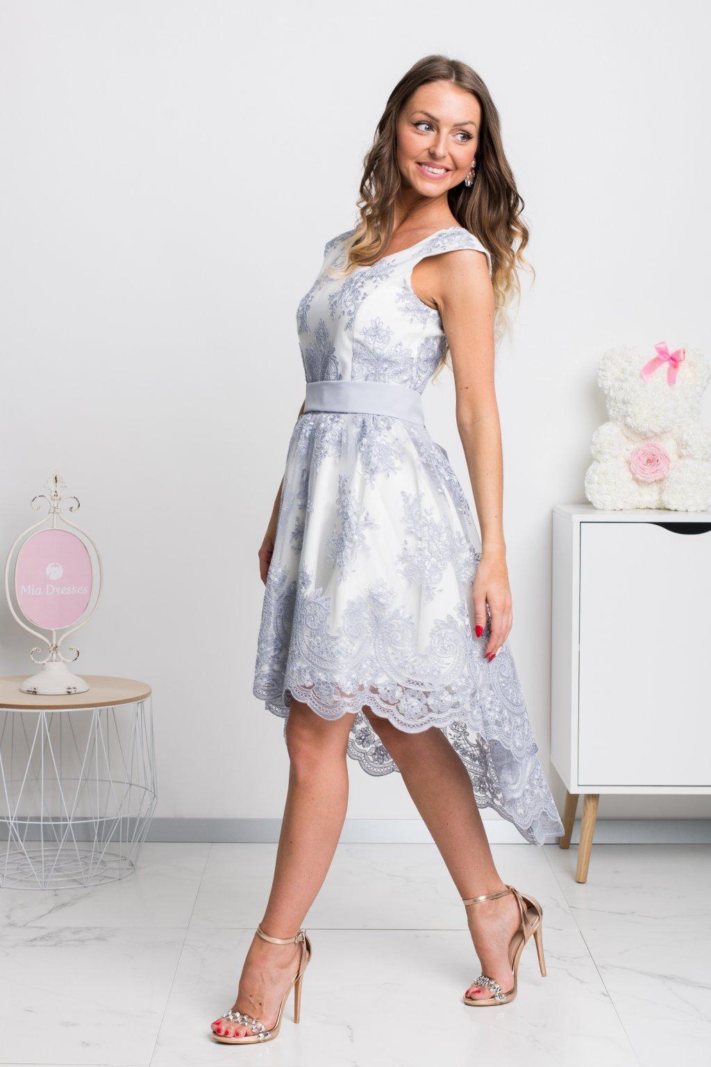 Smotanové asymetrické šaty so sivou krajkou